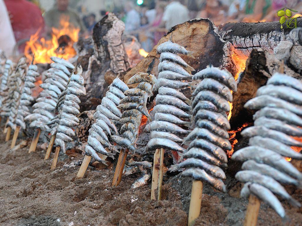 espetos de sardinas al fuego tipicos de andalucia